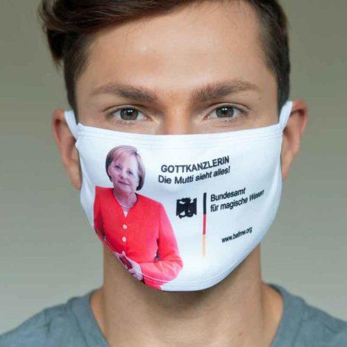 """Mund-Nasen-Schutz """"Gottkanzlerin - Die Mutti sieht alles!"""" (Foto: Barbara Frommann)"""